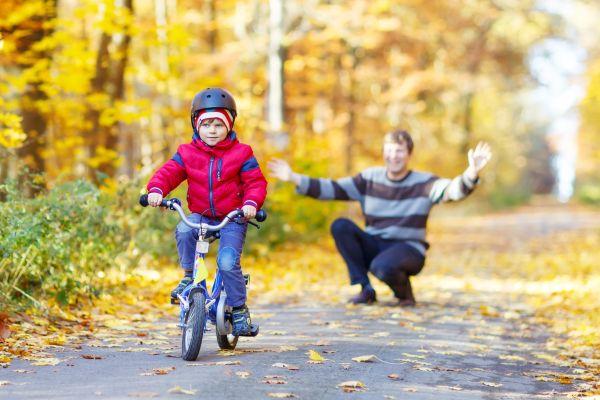 Dieťa na bicykli a helma