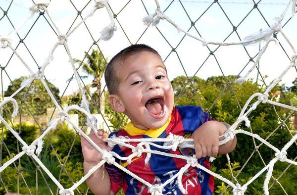 Dieťa vo futbalovej sieti