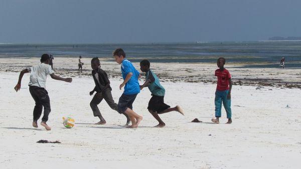 Futbal sa dá hrať kdekoľvek, napríklad aj na pláži