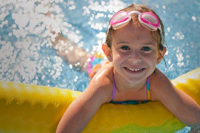 Dieťa v bazéne