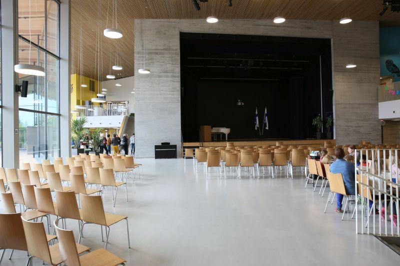 Pódium v hlavnej časti školy
