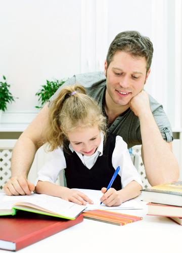 Otec dohliada nad vzdelávaním svojej dcéry.