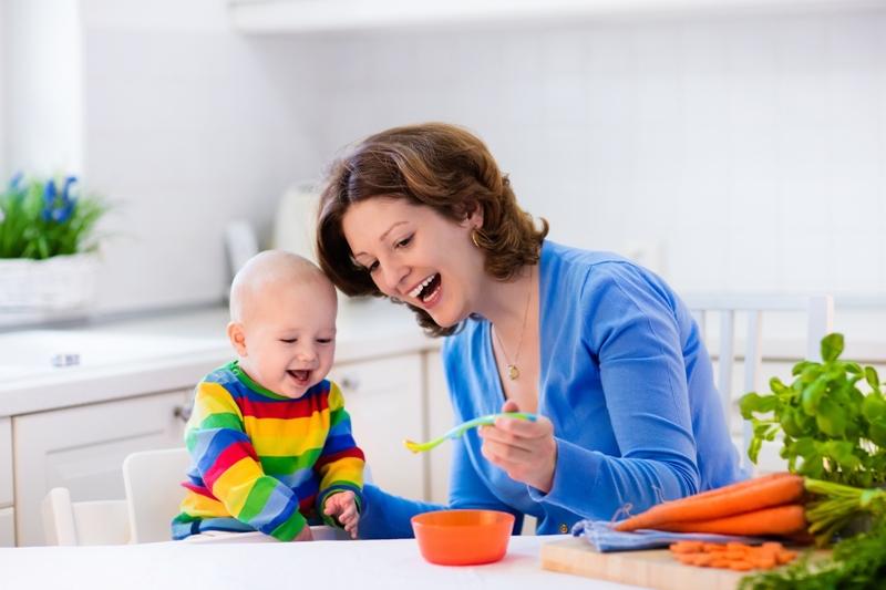 Dieťa si na tuhú stravu musí zvyknúť.