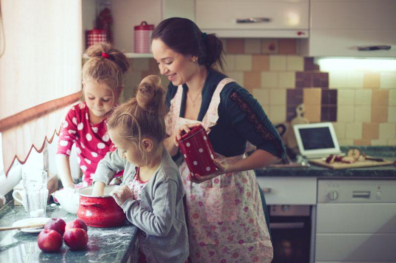 Deti pomáhajúce v kuchyni