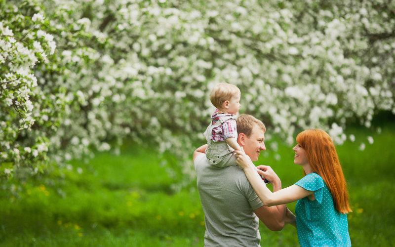 Rodinná prechádzka v sade