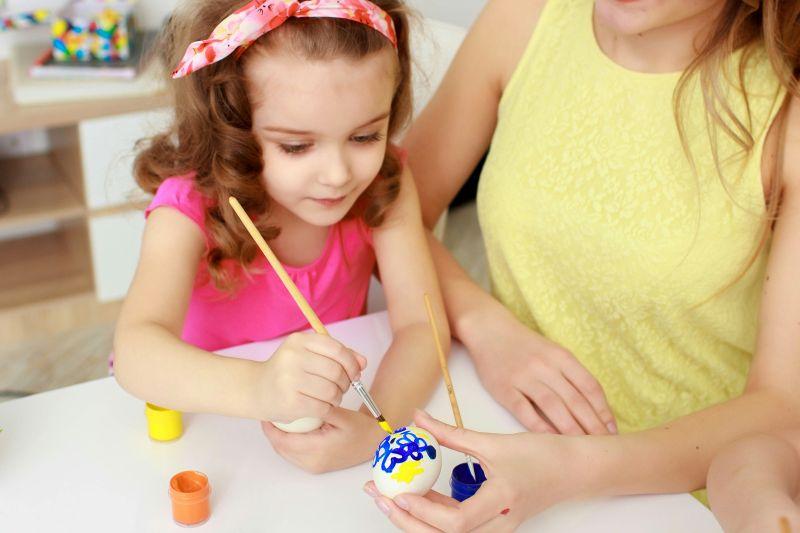 Mama s dcérou maľujú kraslice