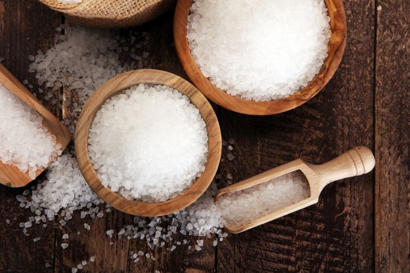 Drevená miska a naberačka so soľou