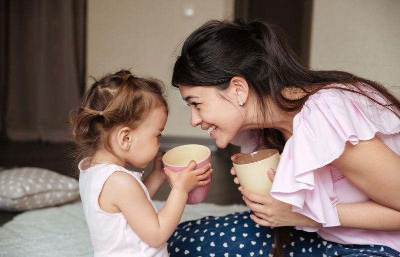 Mama s dcérkou si spoločne vychutnávajú teplý nápoj