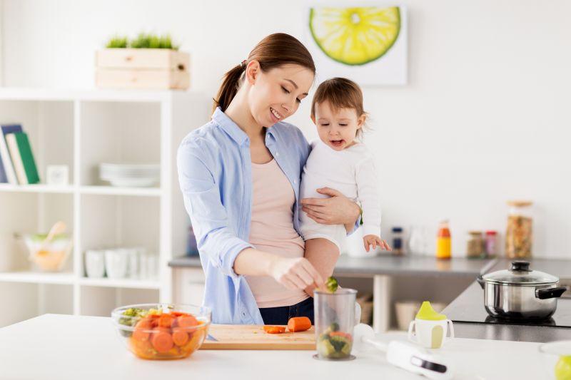 Mama s dcérou v kuchyni