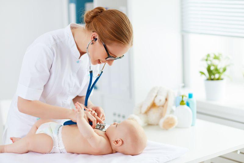 Zdravotná sestra vyšetruje dieťa fonendoskopom