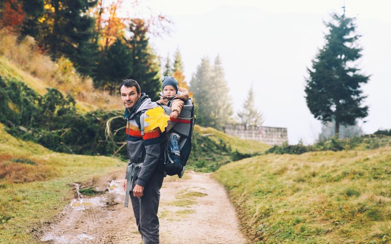 Otec s dieťaťom na prechádzke