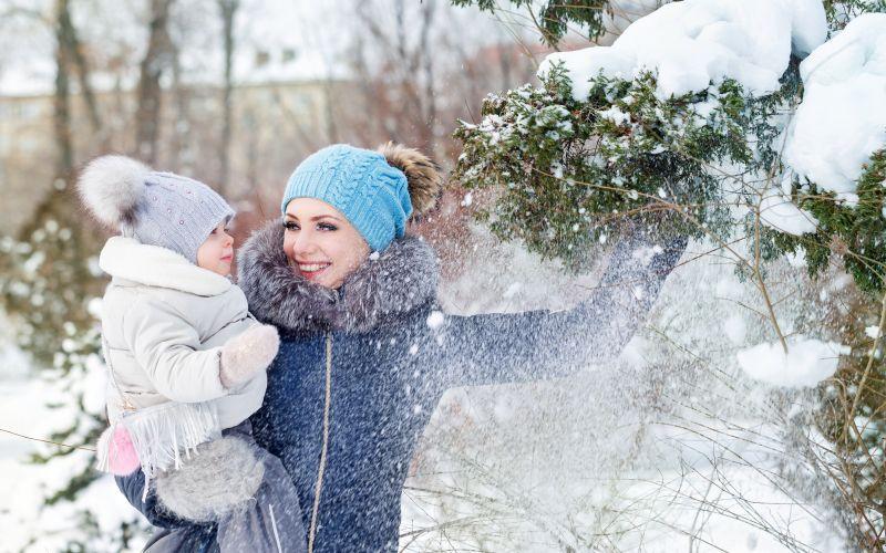 Mama s dcérou na zimnej prechádzke