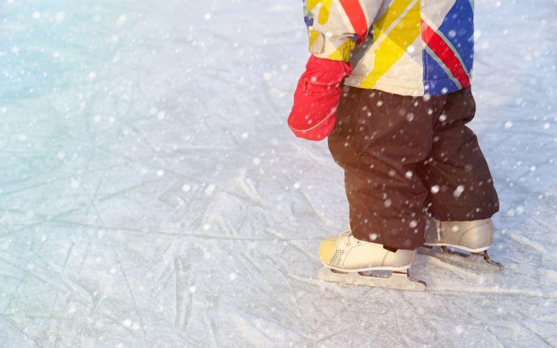 Dieťa sa učí korčuľovať