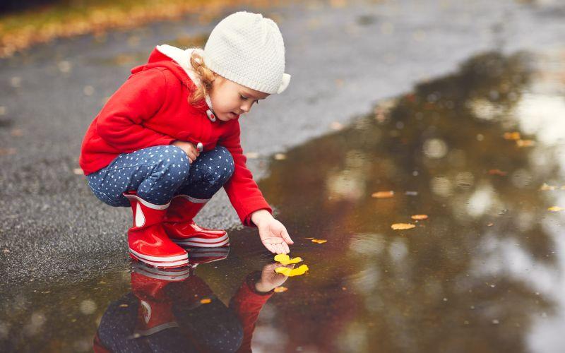 Dieťa na prechádzke v prírode