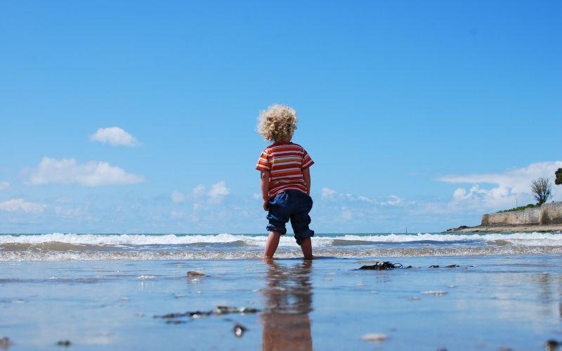 Chlapček stojaci vo vode