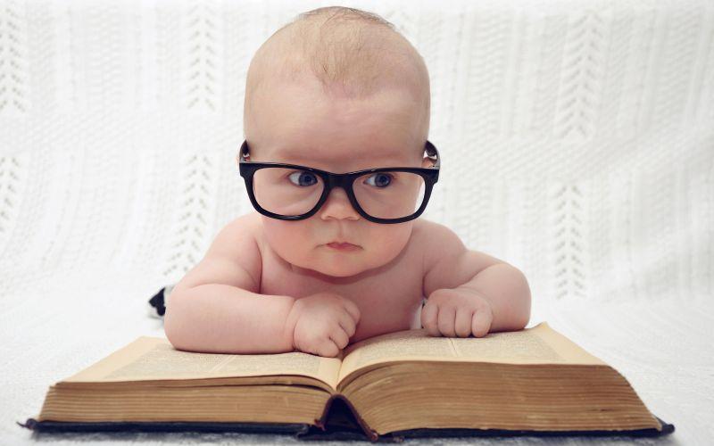 Múdre bábätko v okuliaroch