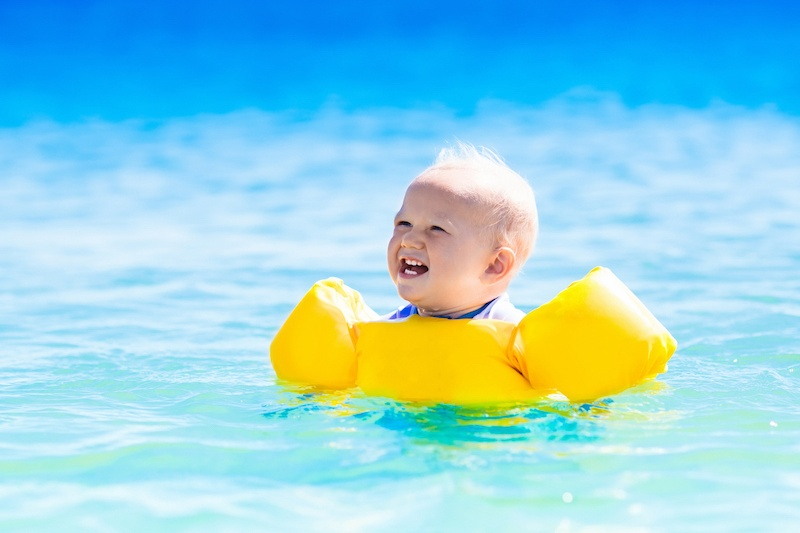 Dieťa plávanie dovolenka