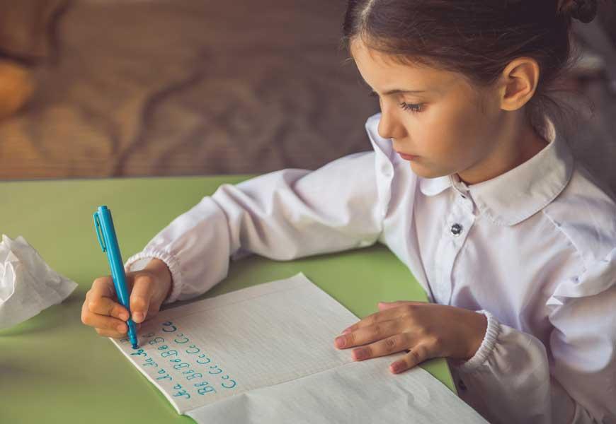 Dievčatko učiace sa písať