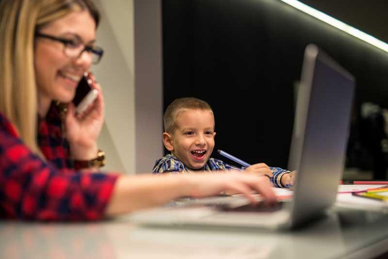 Telefonující matka s dítětem.