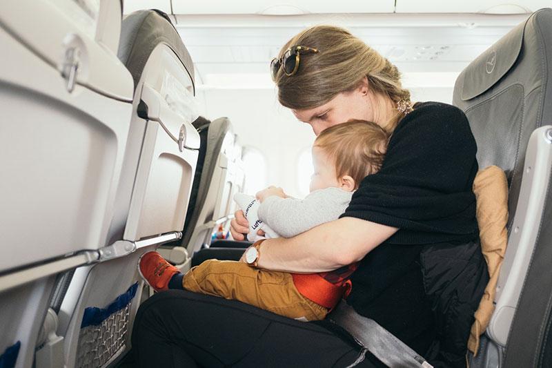 Matka s dieťaťom v lietadle