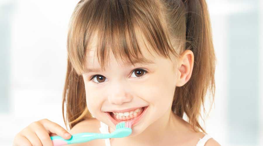 Dievčatko si čistí zuby